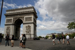 Circumnavigating L'Arc de Triomphe